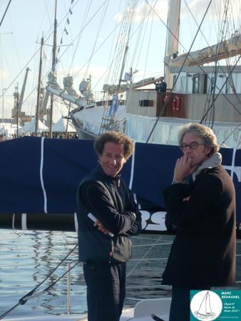 Michel Desjoyaux sur son bateau, en discussion avant d'enchaîner les interviews en soirée.