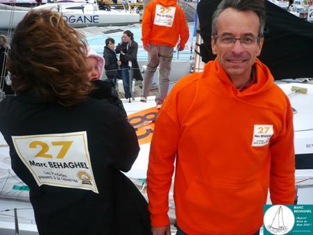 Anne-Claude Amice, de Galor France, et Marc, avec les tenues spécialement confectionnées pour la présentation des skippers et le départ.