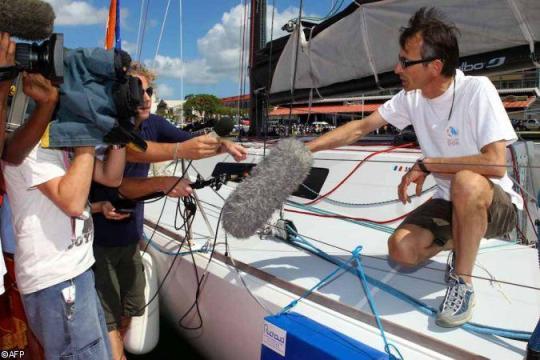 Marc assailli par les journalistes à son arrivée aux pontons à Pointe-à-Pitre.