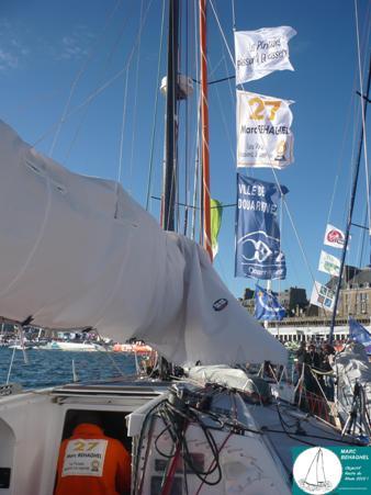 Le 40 pieds de Marc dans le port de St-Malo, avec les fanions de Galor France et de