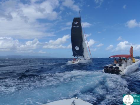 Marc s'approche de Pointe-à-Pitre, escorté d'une embarcation de journalistes !!