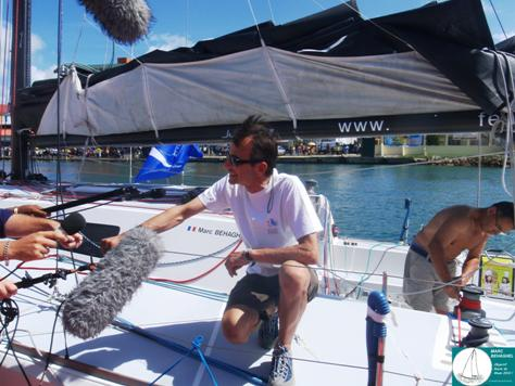 Marc, heureux, assailli par les journalistes à son arrivée aux pontons à Pointe-à-Pitre (regardez la foule de l'autre côté)!