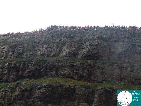 Des milliers de spectateurs assistent au passage des skippers du haut du cap Fréhel.
