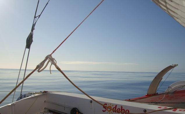 Mer calme, trop calme pour Sodebo, lors de la remontée de l'Atlantique Nord. Mais Thomas Coville a tout de même essuyé beaucoup de tempêtes durant ce tour du monde, pas assez peut-être pour battre le record de Joyon.