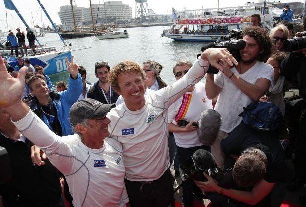Jean-Pierre Dick et Loick Peron, vainqueurs de la Barcelona World Race, à leur arrivée sur les pontons du port de Barcelone.