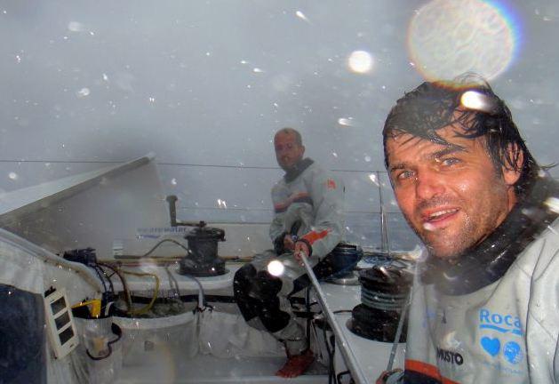 Jaume Mumbru et Cali Sanmarti, sur We are water, essuient des conditions météo dificiles durant leur remontée de l'Océan Atlantique. A cette heure, ils sont les seuls concurrents de la Barcelona World Race encore en course.