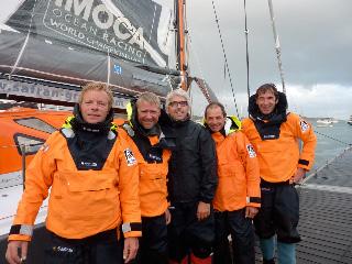 L'équipage de Safran avant la tentative de record du Tour des îles britanniques le samedi 11 Juin 2011.